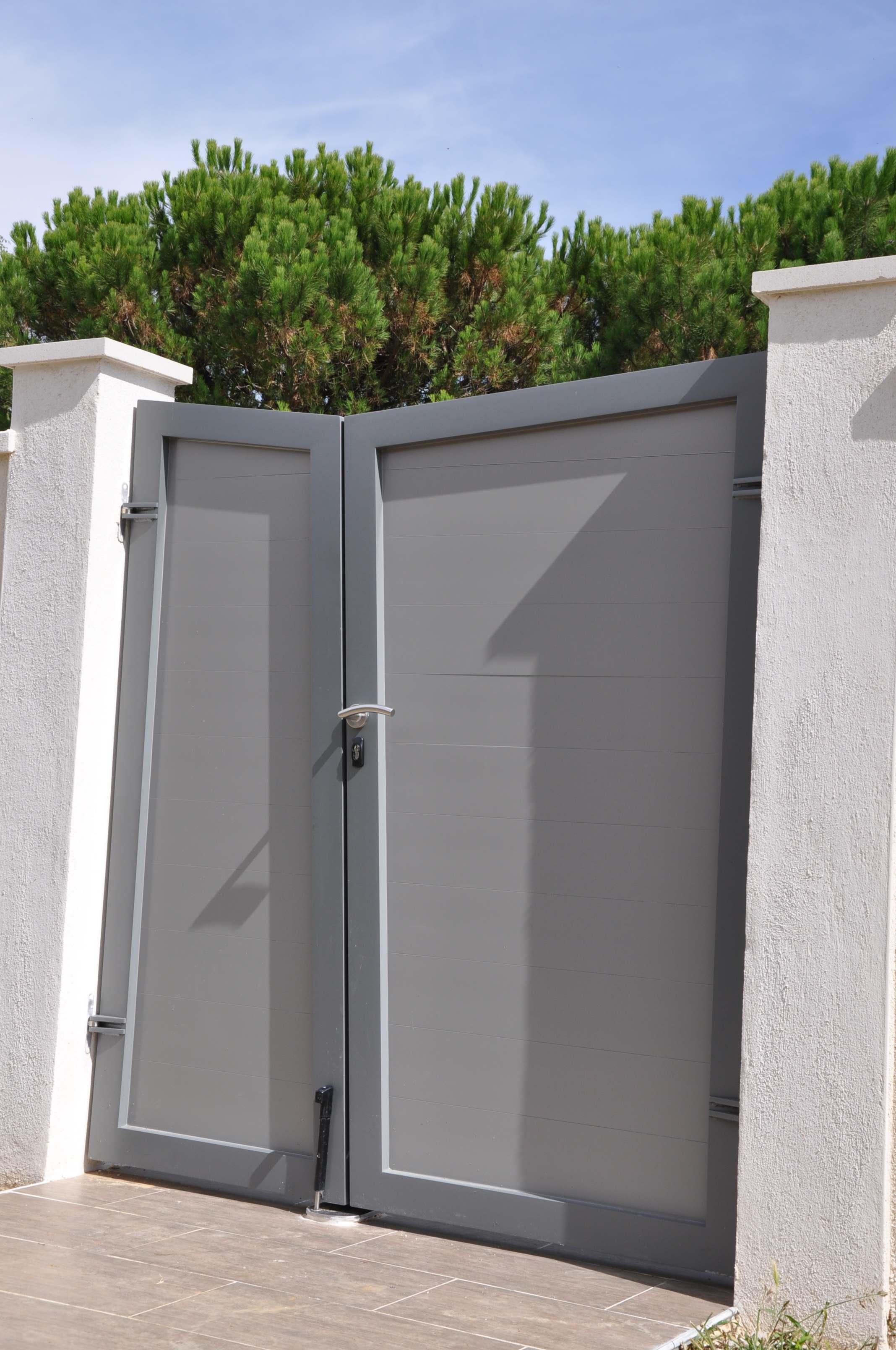 portail deux battants en aluminium suivant le mod le. Black Bedroom Furniture Sets. Home Design Ideas