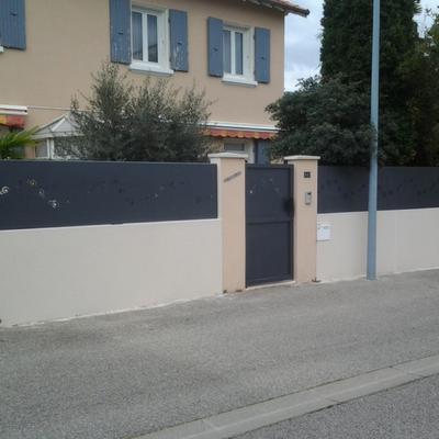 Brise-vue en aluminium contemporain - sur mesure en Drôme Ardèche