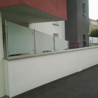 Brise-vue en inox brossé avec verre Opale - Sur mesure à Valence