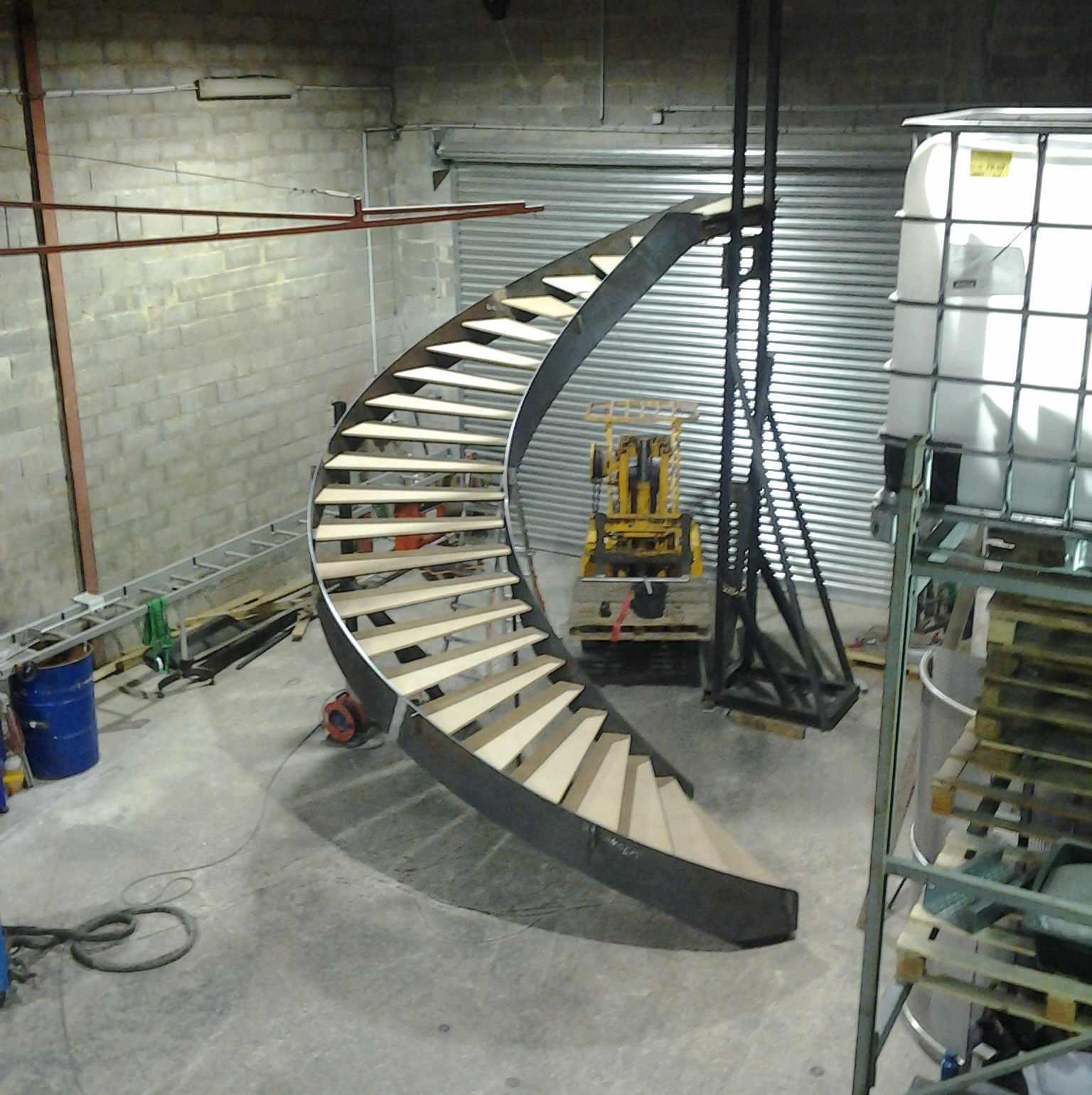 Fabrication dun escalier débillardé sur 4,5m de diamètre, dans