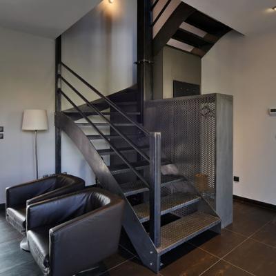Escalier au design industriel - structure et marches en acier vernis