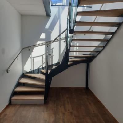 Escalier d'intérieur en métal et bois avec limon latéraux