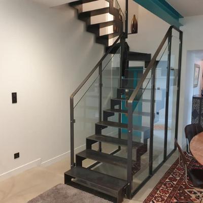 Escalier avec structure et marches en métal