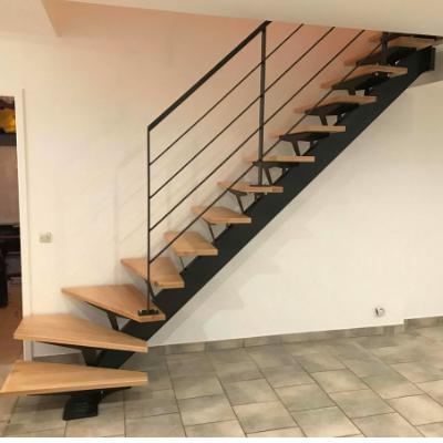 Escalier quart tournant à limon central avec des marches en hêtre