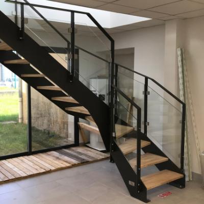 Escalier quart tournant avec garde-corps vitrés