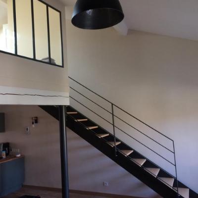 Escalier droit, poteau et verrière d'atelier