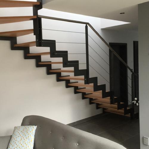 Escalier avec limons latéraux et marches en hêtre