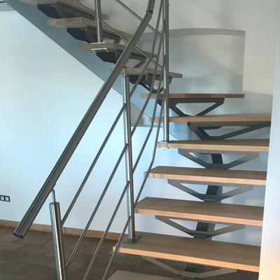 Escalier quart tournant à limon central en métal avec marches en hêtre - Drôme