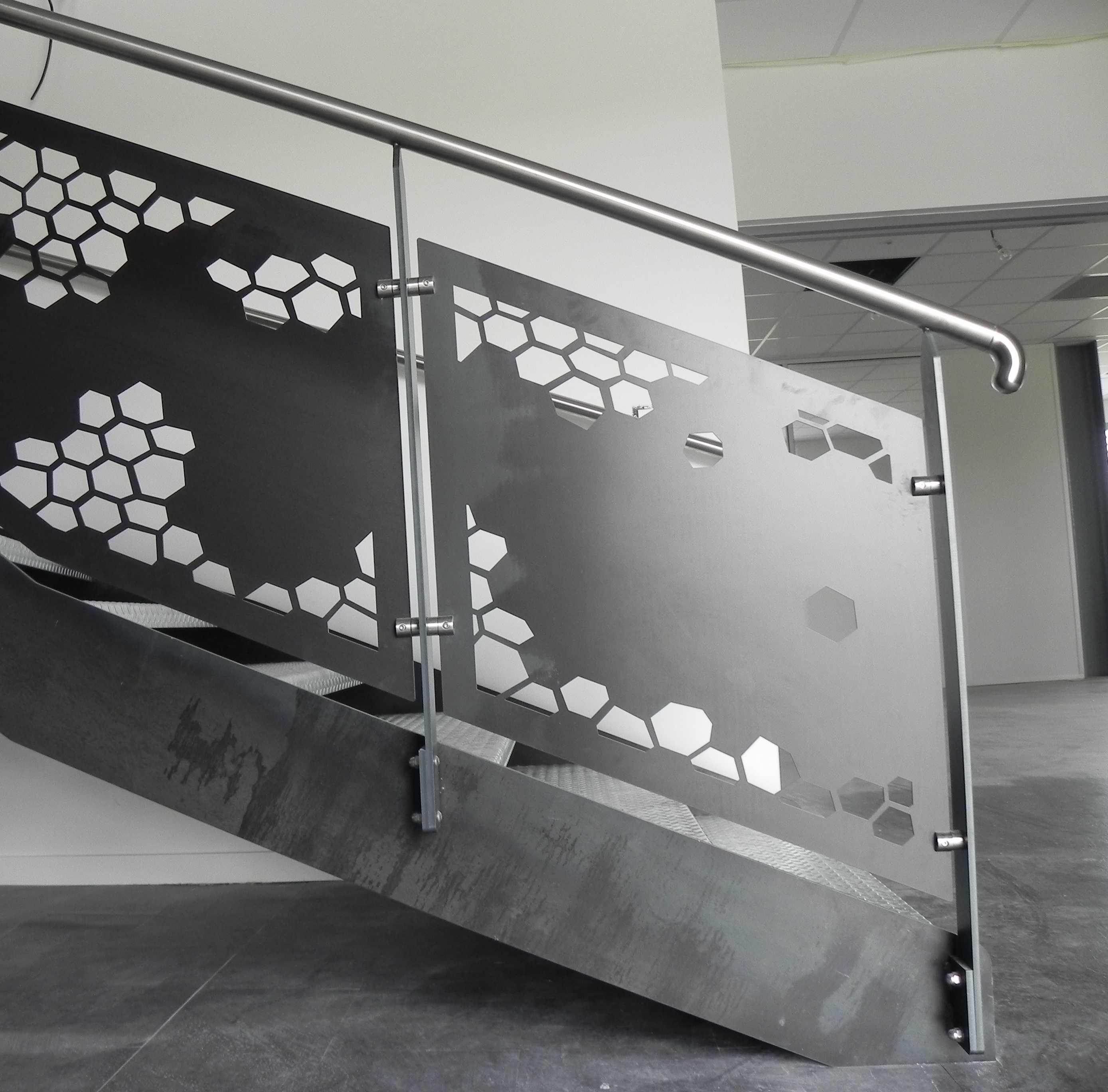 Garde-corps design en acier brut avec main courante en inox Rovaltain-Valence