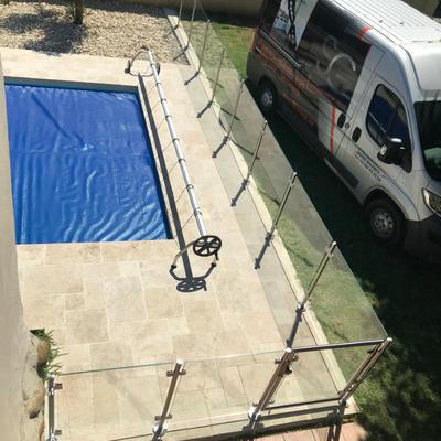 Barrière de piscine en inox brossé et verre