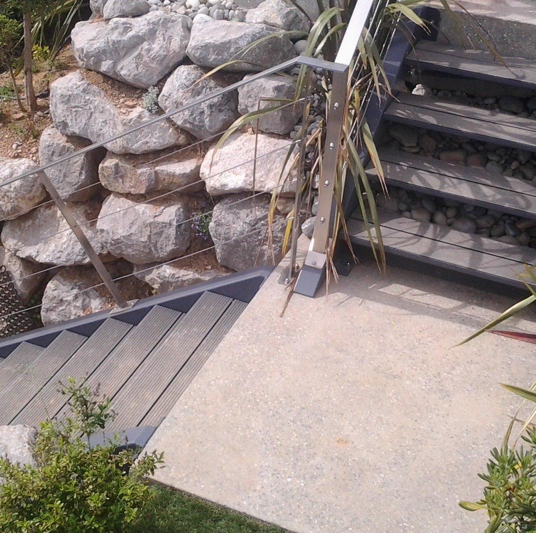 Escalier de terrasse - structure métallique avec marches en lames de terrasses