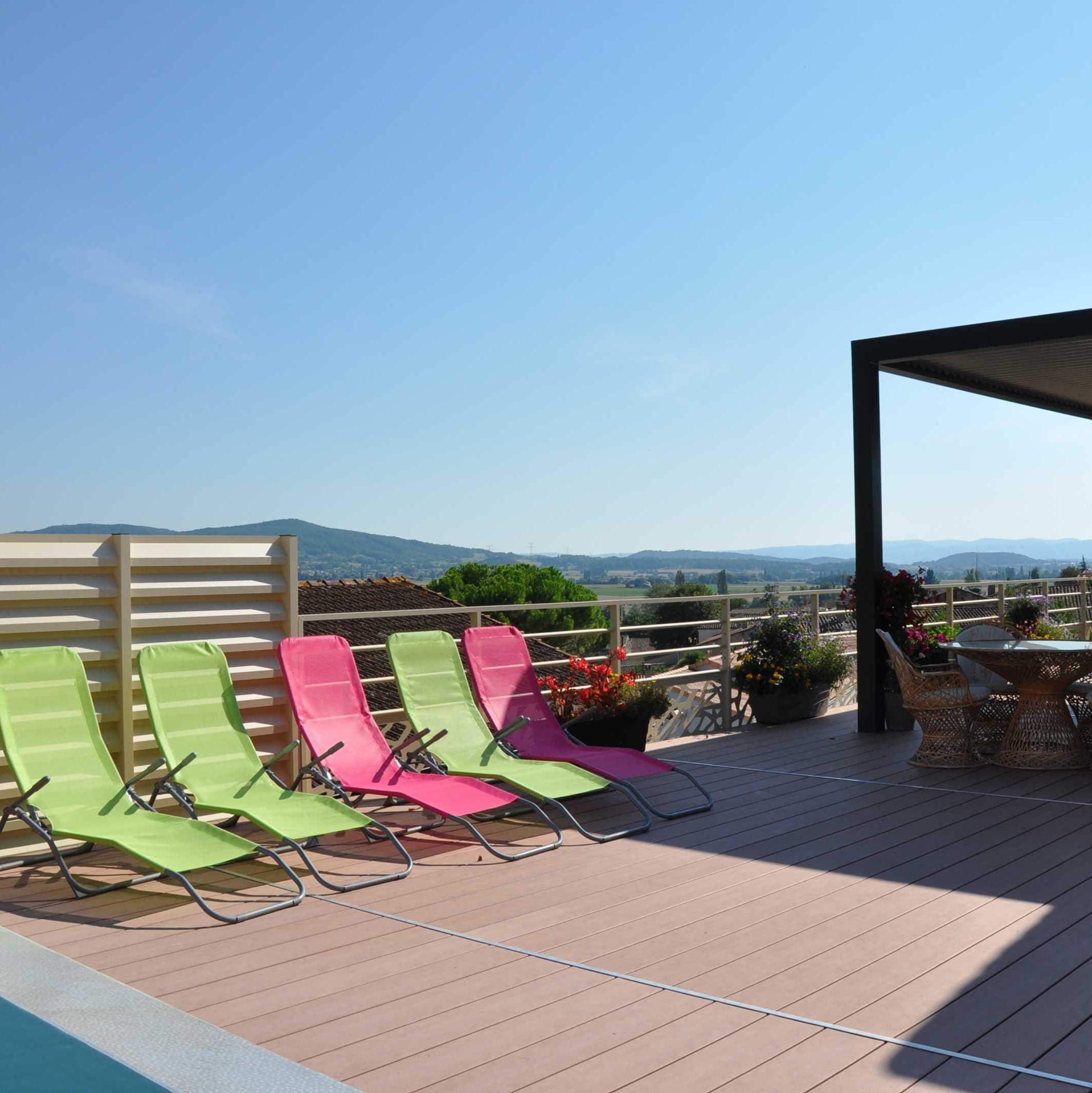 Terrasse sur pilotis - Structure garde-corps et brise-vue aluminium - Option peinture Qualicoat